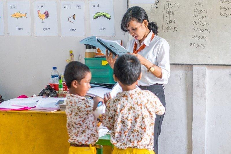 Guru dengan dua anak